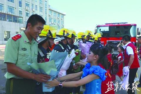 冒酷暑慰问鱼水情深  志愿者消防兵联欢庆建军节