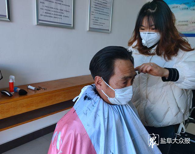 暖心!女理发师主动上门免费为民警理发