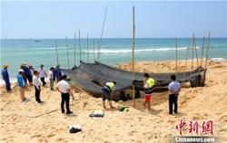 巨头鲸搁浅海南海滩 民众整夜守护救助