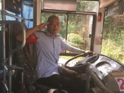 南京一公交司机坚持十几年给让座乘客敬军礼