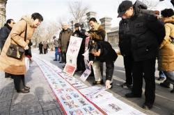 建湖老爹臧绍武办剪报展 35米长卷庆祝建军90周年