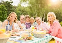 """一个人吃饭易""""凑合"""" 太多人吃饭易伤胃 二三个人最合适"""