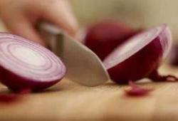 切洋葱时吃口香糖就不会流泪吗?
