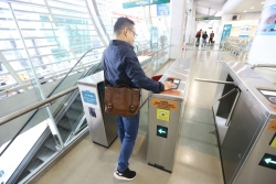 """全球首创手机""""刷码过闸"""" 今起上海磁浮线试运行"""