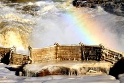 冰瀑玉壶景壮美