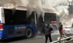 行驶公交车突然起火 热心市民奋力砸窗灭火救人