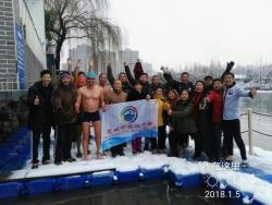 大雪难挡冬泳爱好者入水锻炼