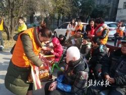 60多名志愿者看望慰问敬老院老人福利院孩子