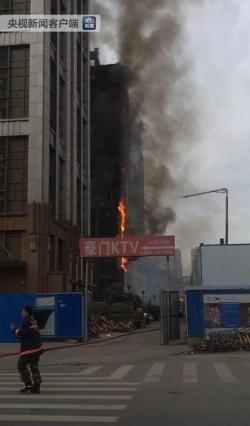 郑州一写字楼着火黑烟飘起十几层楼高 现场暂未发现人员伤亡