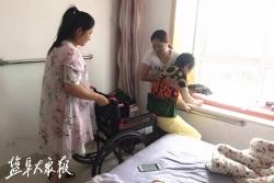 志愿者热心相助  脑梗患者坐上新轮椅