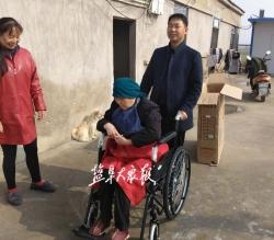 村党支部送上暖心礼物 残疾村民喜收轮椅车