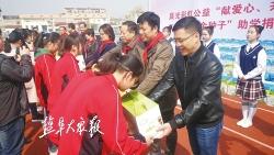 """爱心企业到滨海开展""""金种子""""助学捐赠 两所学校孩子喜收文具大礼包"""