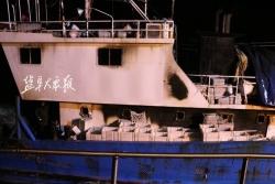突发!载有14人渔船海上起火,渔政及3艘盐城籍渔船合力成功救援