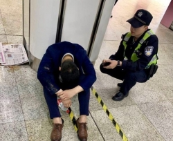 男子醉倒地铁站崩溃大哭 妻子赶来那一刻令人泪目