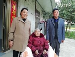七旬夫妻精心照顾老人 古稀夫妇的孝行感动村民