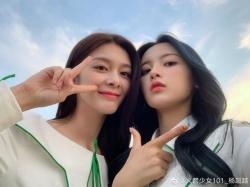 杨超越傅菁合照又酷又美 网友:草原上最靓的女