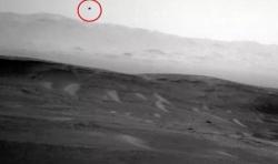 """飞翔的鸟?""""好奇号""""拍下火星上空不明物体"""