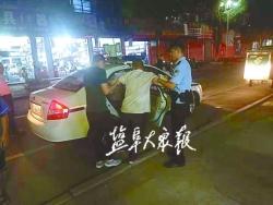 残疾男子流浪街头 民警找到家人送回