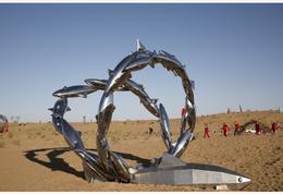 大漠雕塑绽光华