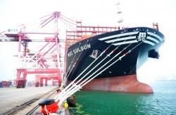 """世界載箱量最大集裝箱船""""地中海古爾松""""輪首次抵達青島港"""