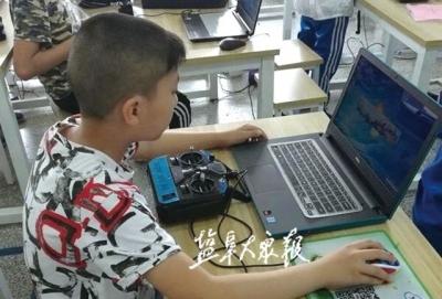 """""""讓孩子掌握更多航空飛行技能"""" 學生暑期無人機技術學習忙"""