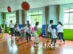一起认颜色、做游戏、唱歌 大学生志愿者关爱自闭症孩子