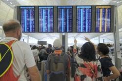 数日内近千航班取消 香港机场客运楼实施进出管制安排