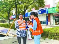 炎炎夏日送清涼 志愿者街頭慰問一線勞動者