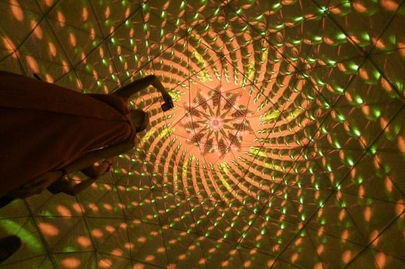 新加坡举行《仲夏夜空》灯光艺术展预展