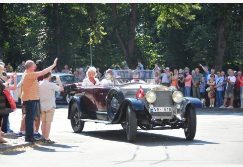 拉脱维亚举办老爷车巡游