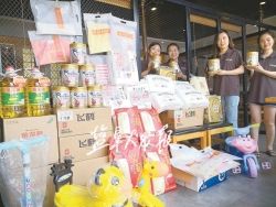 """在盐创业的东北姑娘金星华献上""""微慈善"""" 价值万元物品送给贫困孩子"""