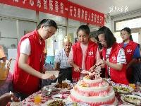 志愿者陪老人过生日