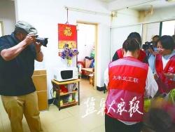 """【暖新聞】用鏡頭記錄身邊的""""最美""""身影 六旬老人帶著相機當義工"""