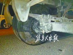 沥青罐车起火  司机竟不知情 幸亏遇上巡逻交警