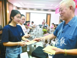 市农科院退休老人热心助学献爱心 15年捐助困境学子165人