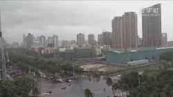 """受台风""""韦帕""""影响 海口积水严重影响市民出行"""