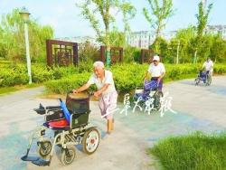 """老人推著輪椅開展""""步行賽"""""""
