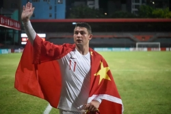 大胜后,国足归化球员的动作让人暖心!