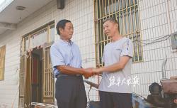 危急关头,六旬老书记指挥众人救活溺水村民,一个多月后—— 被救司机登门感谢救命之恩
