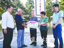78年后伍佑为柳流烈士建墓立碑 儿子姜战生陕西专程来盐捐赠资料