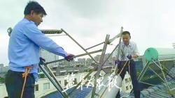 """楼顶""""趴窝""""太阳能热水器已清理 物管:居民发现损坏应及时反映"""