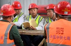 """西安地铁建设工人开展""""不忘初心、牢记使命""""主题教育集中学习"""