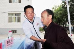 维吾尔族妇女火车站内突发疾病 盐城援疆医生跪地施救转危为安