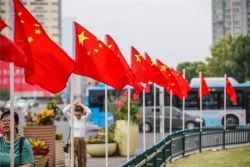 骄傲!那抹最亮的红!今天,南京70个示范点同升国旗