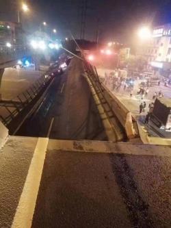 警方通報:312國道上海方向錫港路上一跨橋側翻,3車被壓