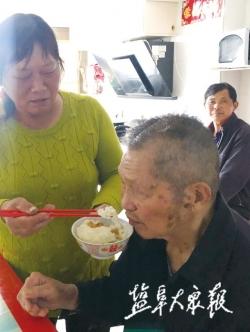 辭職照顧癱瘓的丈夫和高齡公婆 張宏:用悉心守護詮釋至愛親情