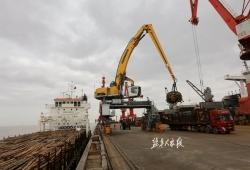 全国首台200吨利勃海尔抓料机在大丰港投入使用