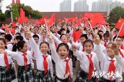 与国同庆!南京万面国旗送市民