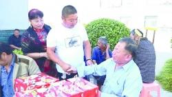 出资8万多为村里装路灯,带着礼盒看望老人—— 爱心夫妇创业成功不忘回报乡亲