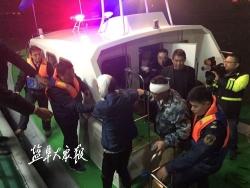 【暖新闻】两渔民海上作业头部受伤  海巡艇夜航出海成功救助